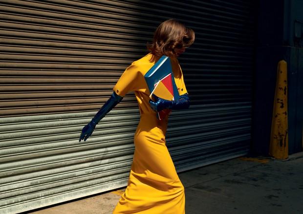 Blusa e saia, ambas Calvin Klein. Luvas, Wing & Weft Gloves (Foto: Gui Paganini)