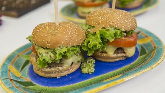 Hambúrguer com Guacamole e Batatas rústicas do Juliano Cazarré