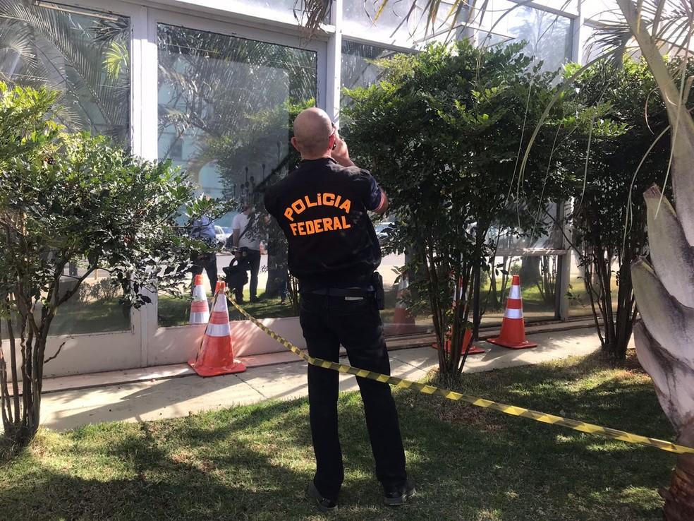 Polícia Federal analisa área do térreo do Ministério do Trabalho isolada por seguranças (Foto: Letícia Carvalho/G1)