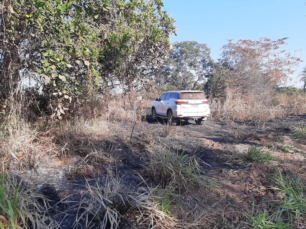Caminhonete do advogado que foi assassinado a tiros durante um assalto em um rancho da zona rural de Juscimeira, a 164 km de Cuiabá, na madrugada deste domingo (18), foi encontrada abandonada — Foto: PMMT