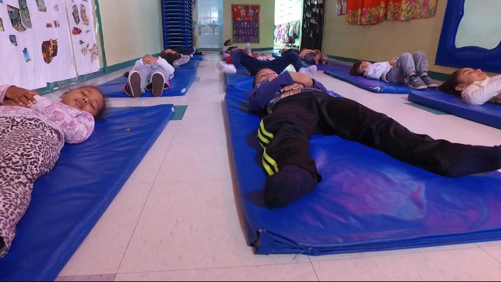 Alunos praticam meditação na Zona Oeste de São Paulo — Foto: Reprodução/TV Globo