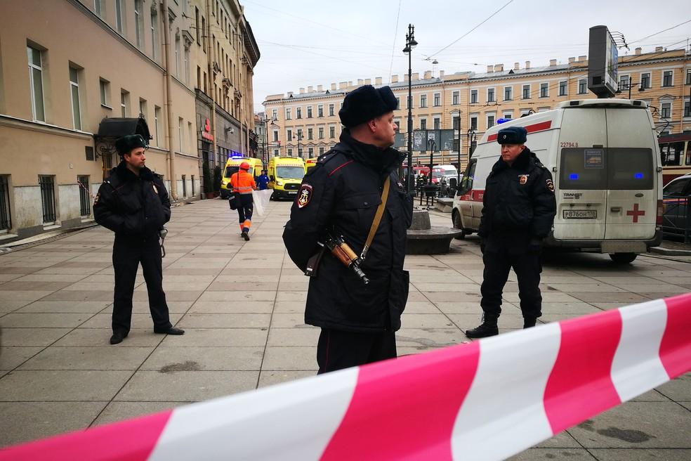 Policiais isolam área próxima ao metrô de São Petersburgo, na Rússia (Foto: Ruslan Shamukov/AFP)