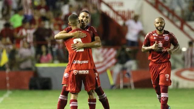 Álvaro comemora gol marcado no tempo normal