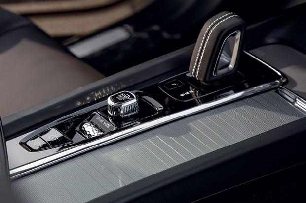 Volvo XC60 Polestar Engineered - O XC60 esportivo não tem a alavanca de  câmbio de cristal (Foto: Divulgação)