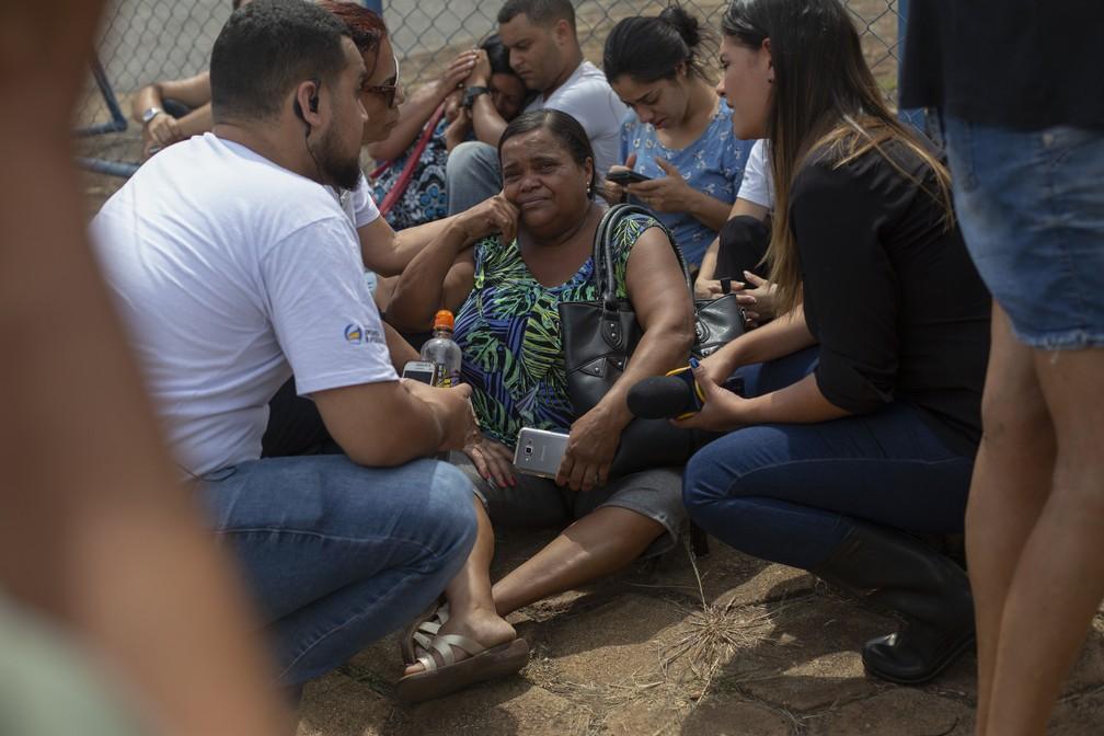 Pessoas choram enquanto esperam por informações sobre familiares em frente ao Centro de Comando de Crise, organizado pelo governo estadual em Brumadinho após rompimento da barragem da Vale. — Foto: Mauro Pimentel/AFP