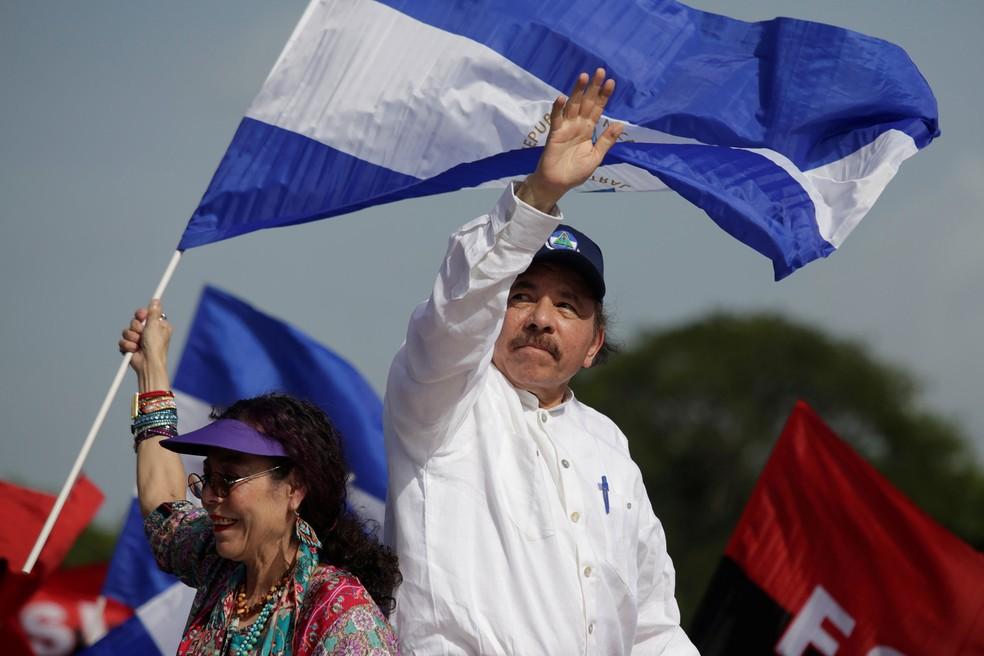 Presidente da Nicarágua, Daniel Ortega, e sua vice-presidente, Rosario Murillo, chegam a evento em comemoração ao 39º aniversário da Revolução Sandinista, na quinta-feira (19) (Foto: Jorge Cabrera/ Reuters)