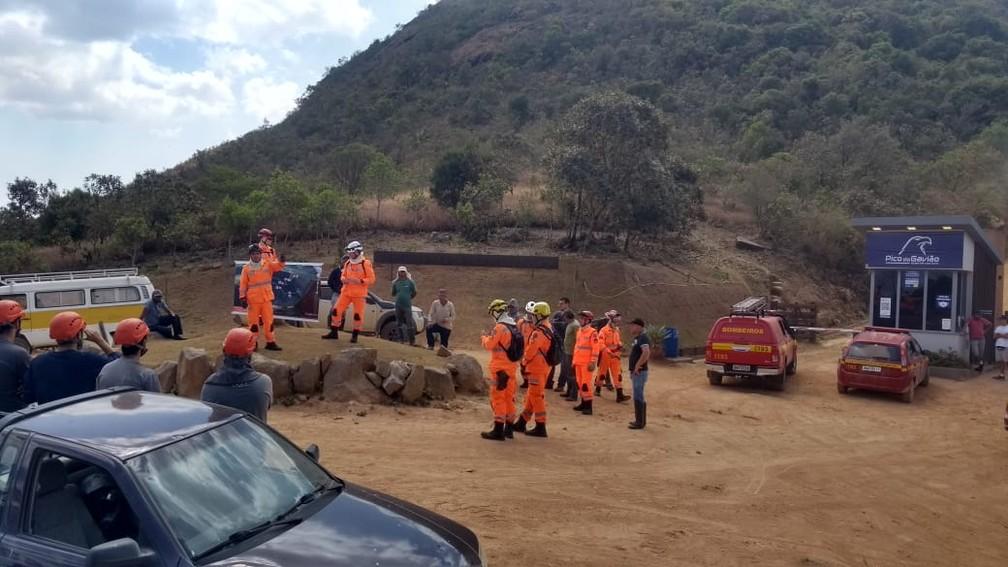 Equipes de bombeiros de MG e SP trabalham no combate às chamas no Pico do Gavião — Foto: Pedro Neto