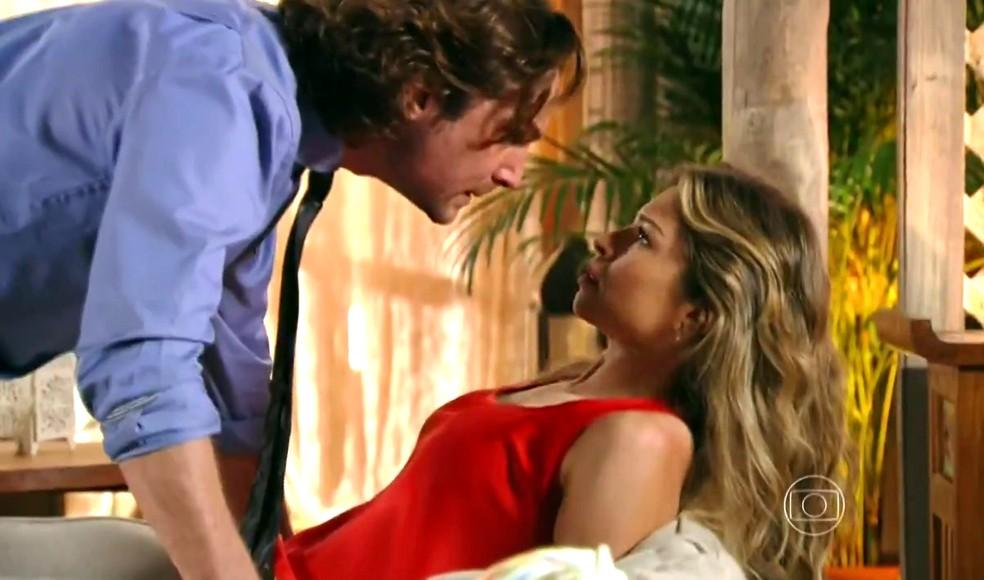 Alberto (Igor Rickli) grita com Ester (Grazi Massaera) e a obriga a voltar para a mansão - 'Flor do Caribe' — Foto: Globo