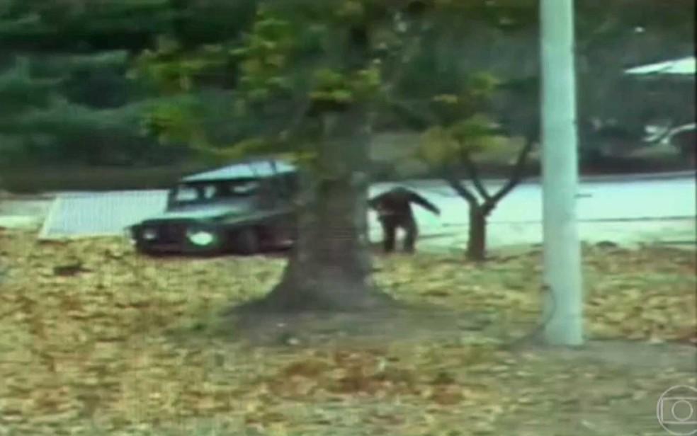 Soldado norte-coreano deixar carro e corre para atravessar a fronteira para a Coreia do Sul; ele atravessou, mas foi baleado (Foto: Reprodução / TV Globo)