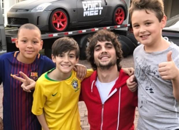 Fiuk posa com Záion e os amigos do irmão Júlio e Miguel (Foto: Reprodução/Instagram)