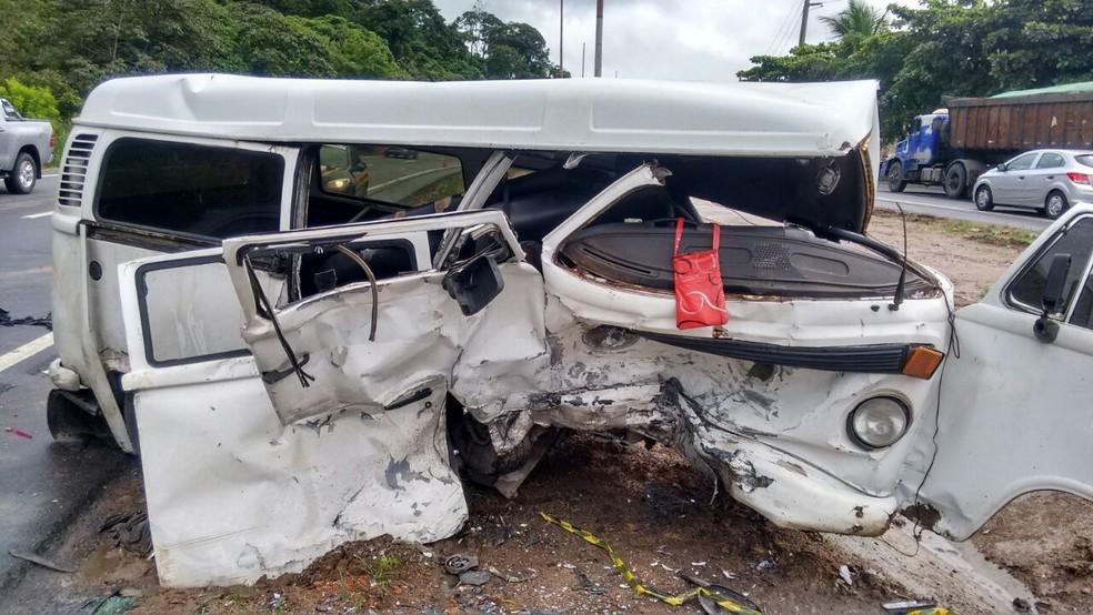 Kombi ficou destruída após colisão frontal com carro na BR-101, no Recife (Foto: Polícia Rodoviária Federal/Divulgação)