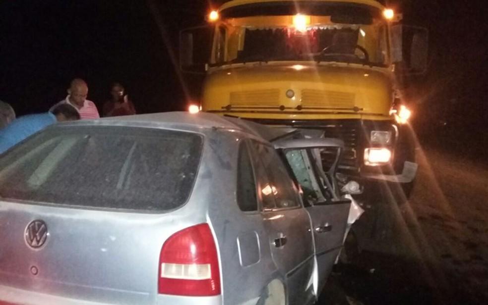 Homem morreu ao bater carro de frente com caminhão, na BR-101 (Foto: SulBahiaNews)