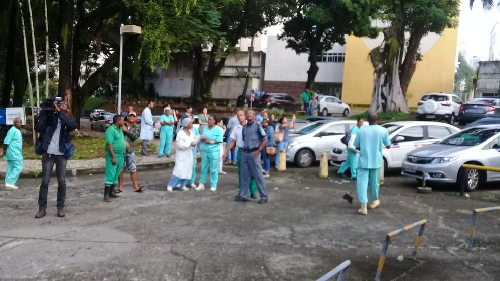 As pessoas precisaram deixar o local por conta da fumaça.  — Foto: Cid Vaz / TV Bahia