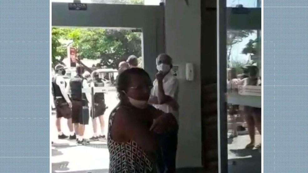 """Mulher diz em vídeo que é a """"maior racista do planeta' — Foto: Reprodução/TV Cabo Branco"""
