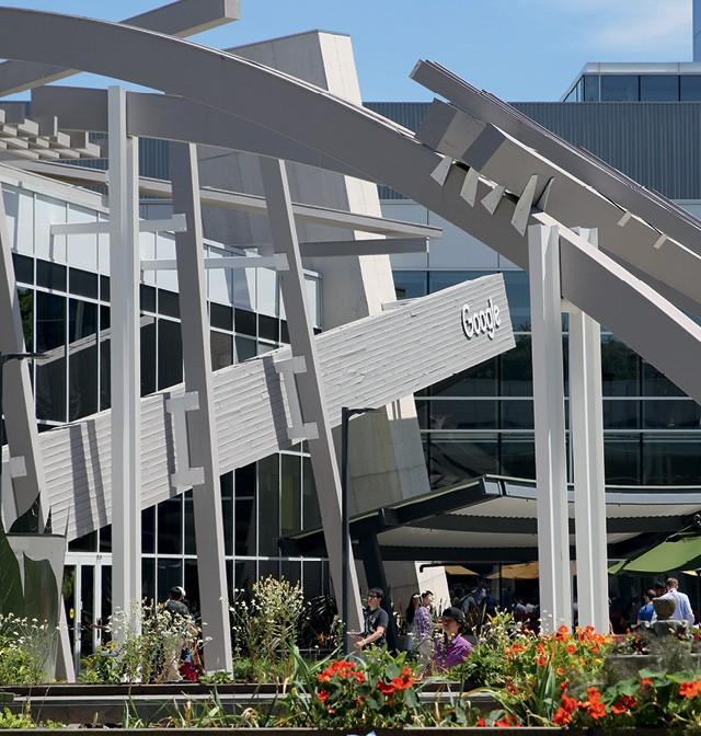 """Googleplex, a sede da empresa foi um dos primeiros prédios do Vale do Silício a adotar a ideia de """"campus universitário"""", ainda em 2004, deixando disponível para o funcionário amenidades como refeitórios, bicicleta (Foto: Christoph Dernbach/DPA)"""