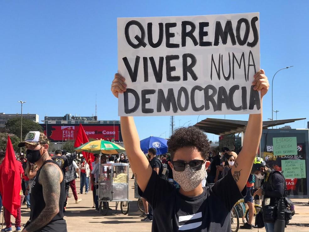 Jovem ergue cartaz durante manifestação contra Bolsonaro, neste domingo (7), em Brasília — Foto: Afonso Ferreira/G1