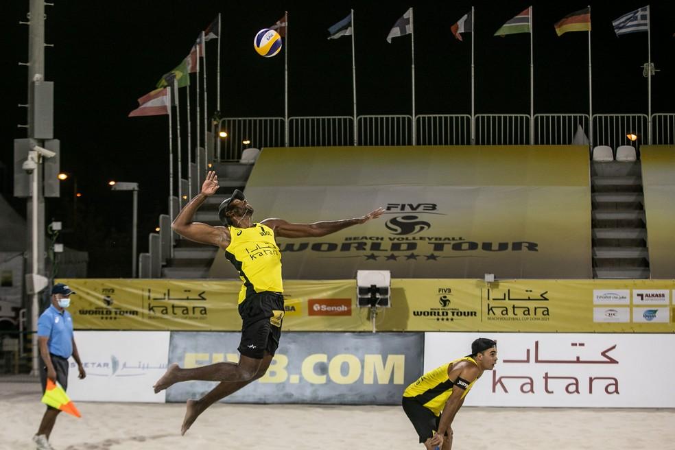 Evandro e Guto são prata em etapa do Circuito Mundial em Doha — Foto: FIVB