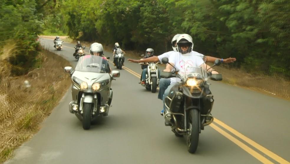 Deficientes visuais trocam experiência com motociclistas em Indaiatuba (SP). — Foto: Reprodução EPTV