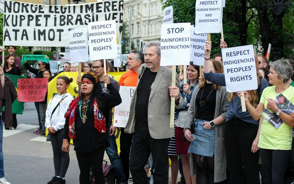 Ambientalistas noruegueses e representantes de povos indígenas brasileiros protestaram contra as políticas ambientais e indigenistas do governo Michel Temer — Foto: Rainforest Foundation Norway