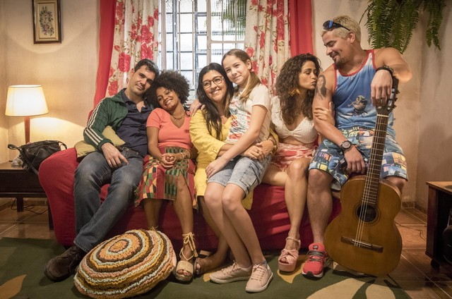 A família de Lurdes (Regina Casé) em 'Amor de mãe' (Foto: TV Globo)