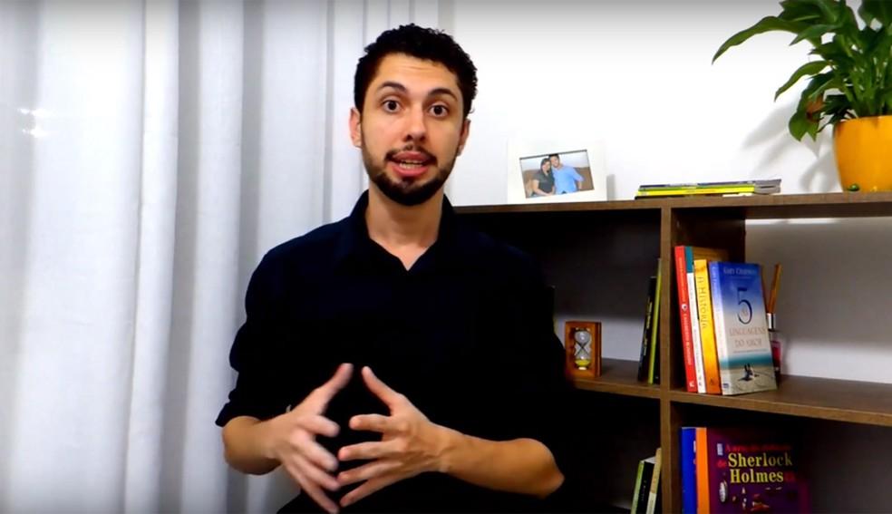 Engenheiro civil Felipe Castanheira, que trabalha como professor particular e de cursos online, decidiu virar MEI para ter CNPJ e ampliar as oportunidades de negócios. — Foto: Reprodução/YouTube