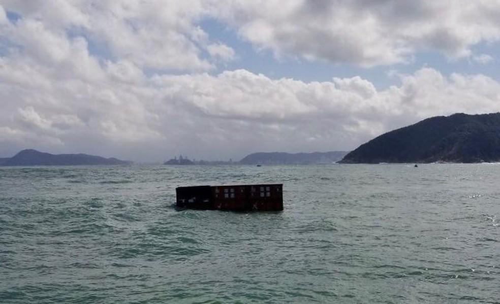 Mais de 40 contêineres caíram no mar (Foto: G1 Santos)