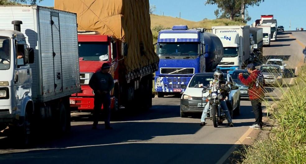 Caminhoneiros manifestam na BR-491 em Varginha (MG) (Foto: Reprodução/EPTV)