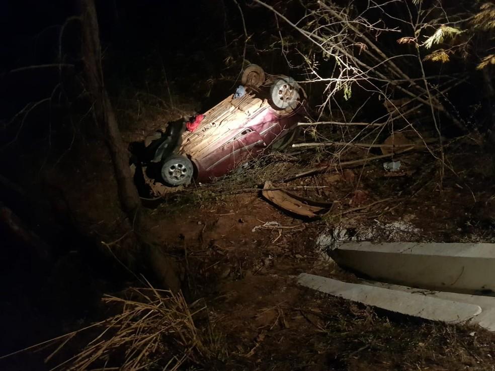 Carro capotou fora da pista e quatro pessoas ficaram feridas — Foto: Corpo de Bombeiros/ Divulgação