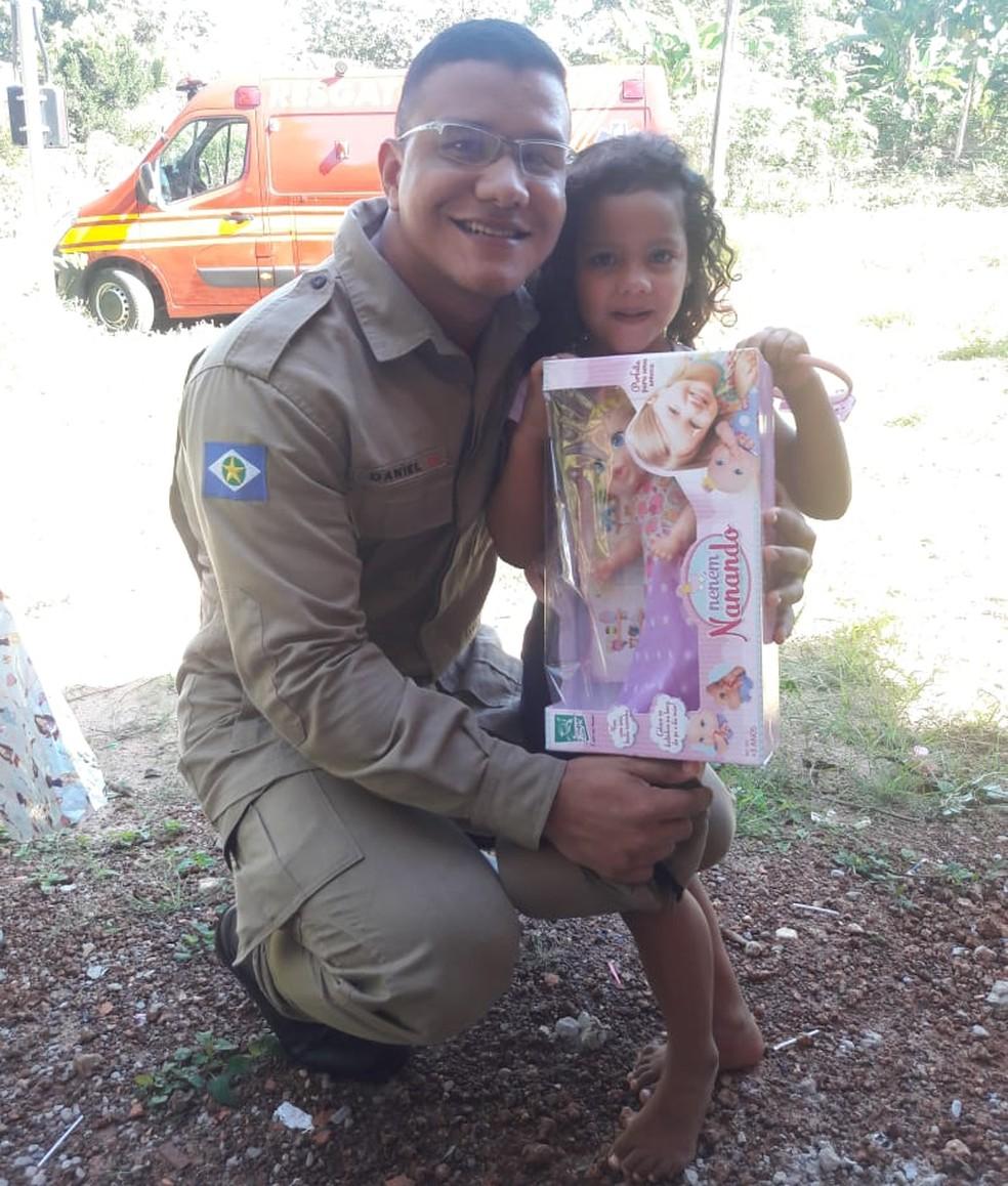 Soldado Daniel Ribeiro Leite e Brenda, que foi salva por ele após se engasgar com um pirulito — Foto: Arquivo pessoal