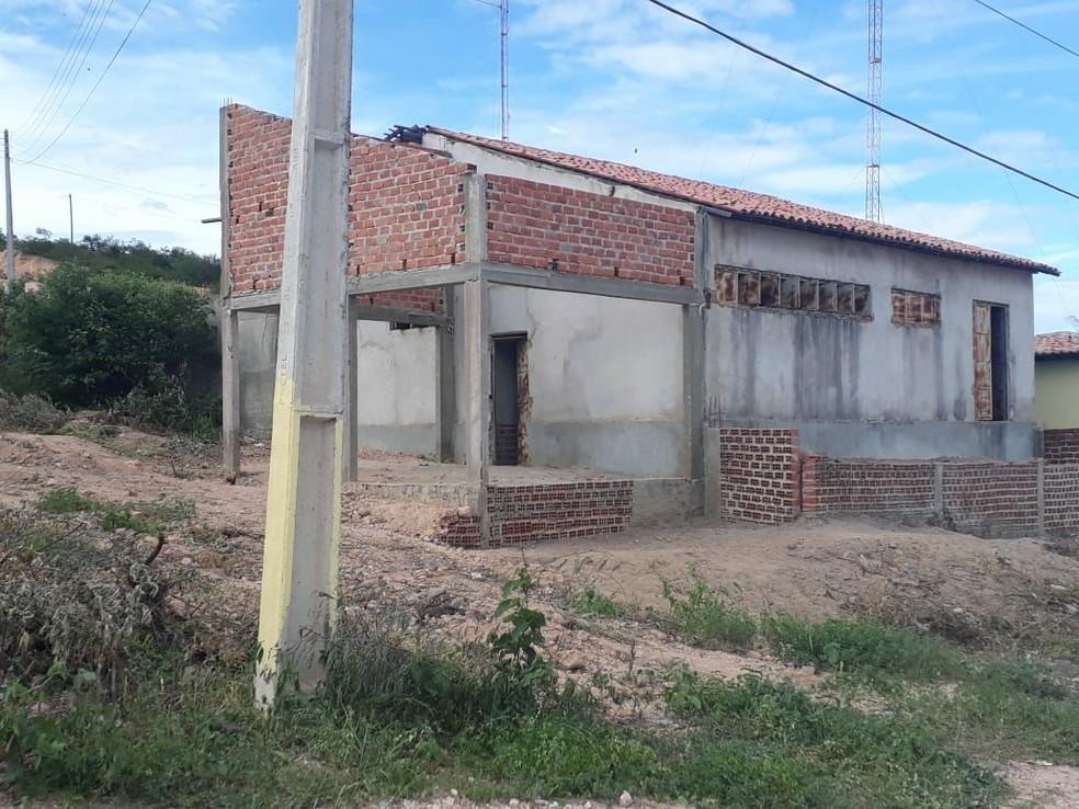 Segundo o Centro de Referência de Assistência Social, oito pessoas ocupam o local, que é inadequado para moradia. (Foto: Domingos José / Campo Maior em Foco)
