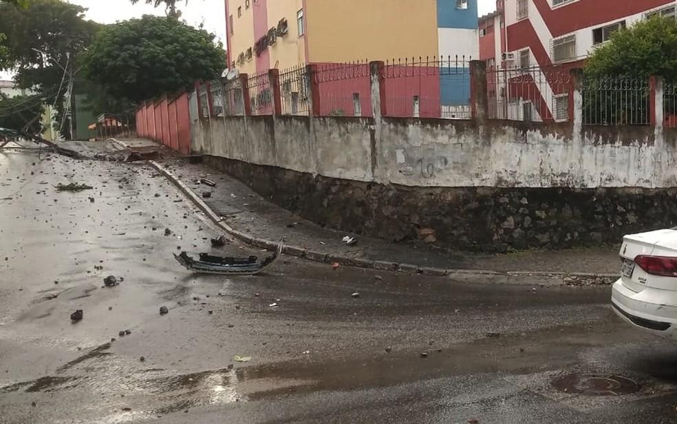Carro bate em poste e interrompe fornecimento de energia elétrica em rua do bairro do Cabula VI — Foto: Cid Vaz / TV Bahia