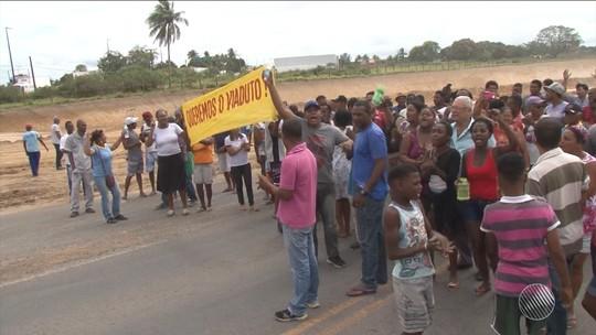 Grupo de manifestantes fecha trecho da BR-101, em Conceição do Jacuípe, e pede construção de viaduto