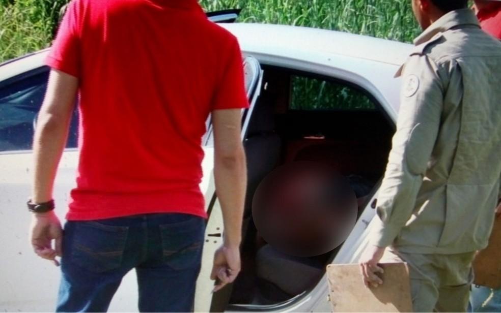 O corpo de Sílvio Alves de Souza, de 35 anos, foi encontrado no banco traseiro do veículo, modelo HB20 (Foto: Divulgação)