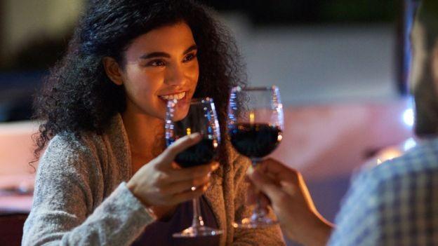Não há muita diferença de sabor quando vinhos custam algumas centenas, dizem especialistas (Foto: Getty Images)