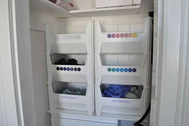 Lavanderia: Cestos dividem a tonalidade das roupas sujas (Foto: Pinterest/Reprodução)