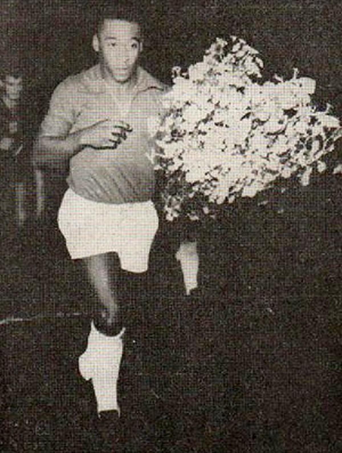 Uma noite mágica: há 55 anos, Pelé vestia a camisa do Remo no Baenão  completamente lotado | remo | ge