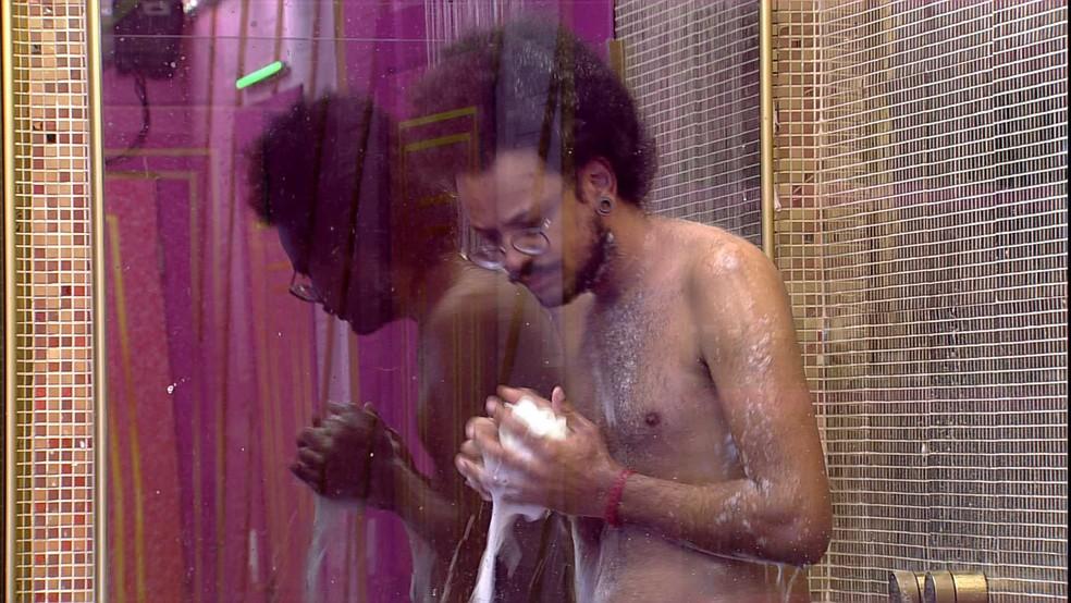 Enquanto brothers descansam, João Luiz é o único acordado no BBB21