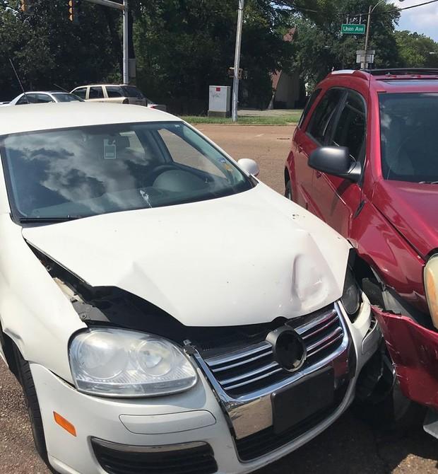 Foto do carro da família, logo após o acidente (Foto: Reprodução/Facebook)