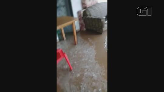 VÍDEOS: chuva em Santa Rita do Passa Quatro causa alagamentos em ruas e água invade casa