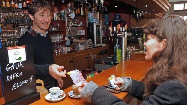 Mais de 800 lojas e empresas locais no País Basco francês aceitam o eusko (Foto: GETTY IMAGES/BBC News Brasil)