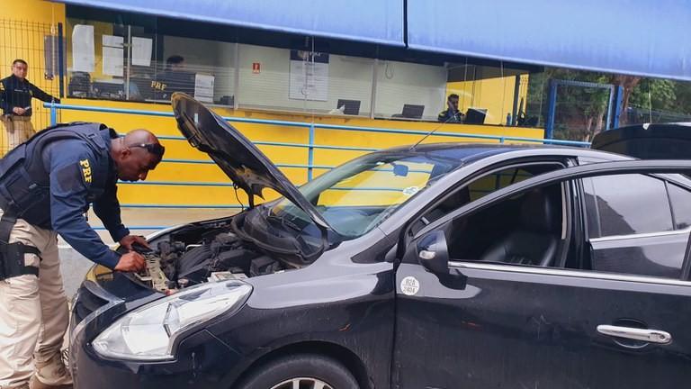 Polícia flagra carro roubado e com placas clonadas de outro veículo na BR-101