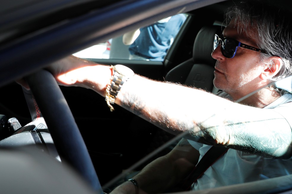 Jorge Messi, pai e agente do craque, chega de carro a escritório de seus advogados em Barcelona — Foto: REUTERS/Nacho Doce