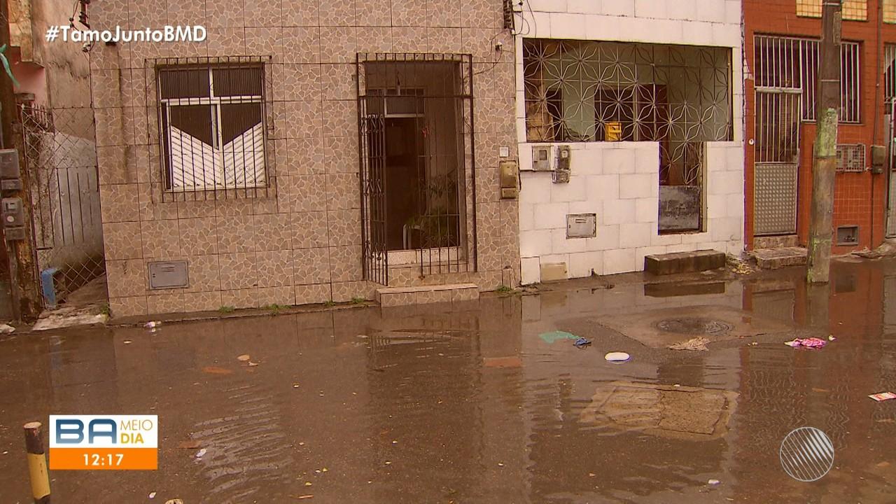 Moradores da Cidade Baixa reclamam de alagamentos e cobram providências aos candidatos
