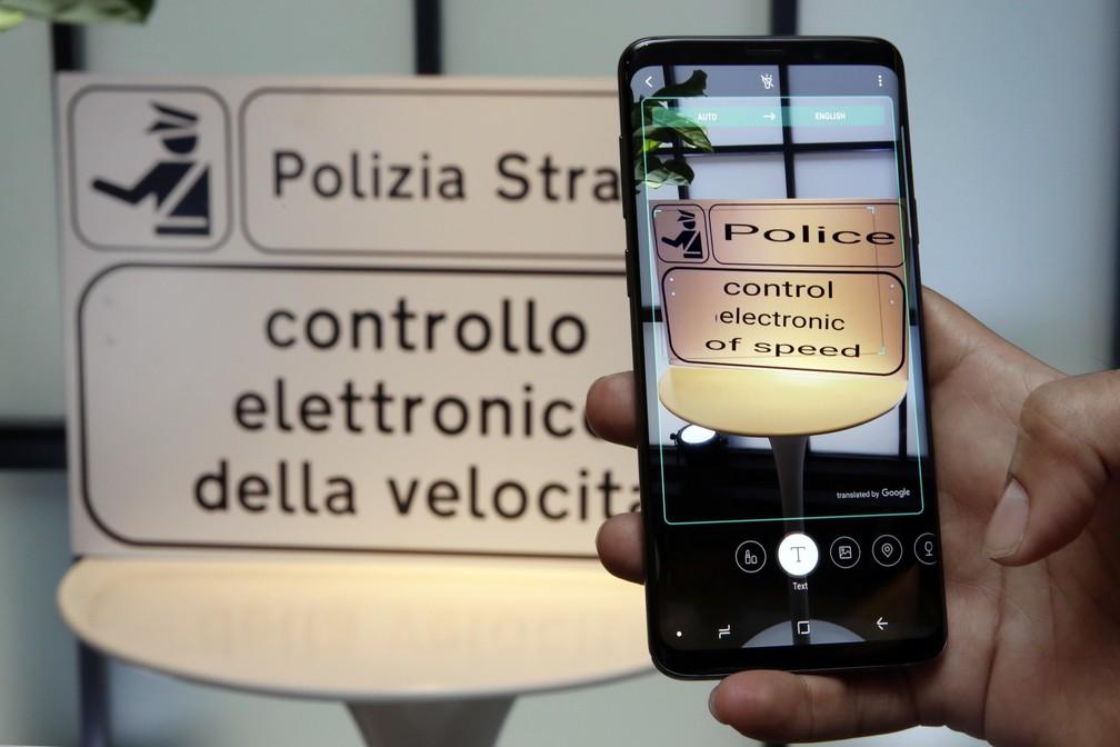 Nova tecnologia permitirá que os celulares Samsung façam traduções simultâneas de uma língua para outra (Foto: Richard Drew/AP)