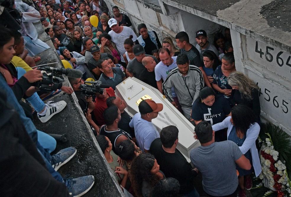 Enterro da menina Ágatha no Cemitério de Inhaúma em 22 de setembro — Foto: CARL DE SOUZA / AFP
