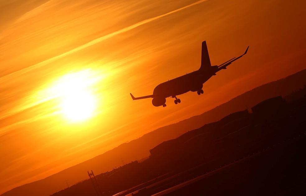 Avião pousa em aeroporto durante o pôr do sol em Frankfurt, na Alemanha, em 29 de março de 2021 — Foto: Kai Pfaffenbach/Reuters