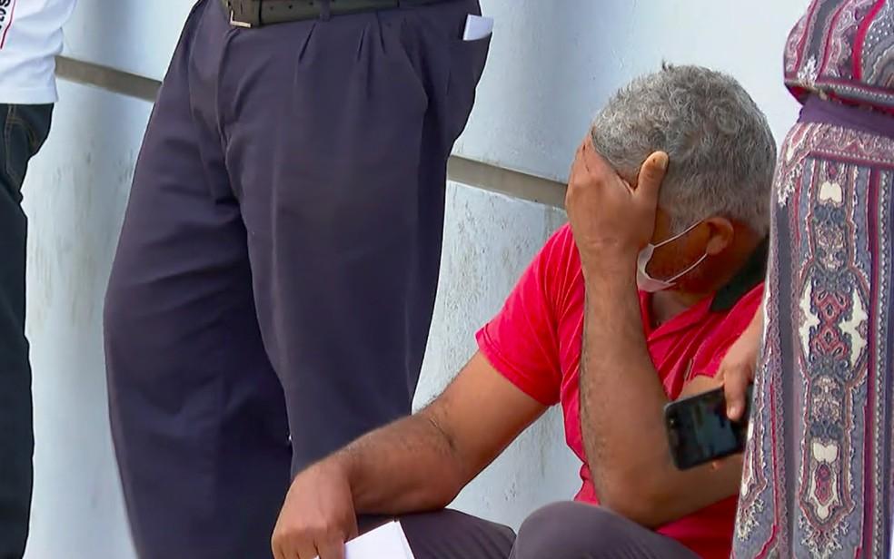 Morador de Franca, SP, espera na calçada para fazer teste da Covid-19 em tenda no pronto-socorro — Foto: Jefferson Severiano Neves/EPTV