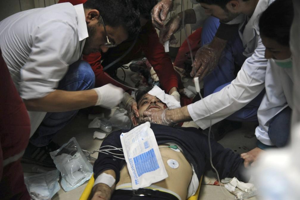Homem é atendido após ataque na Síria (Foto: Syrian Civil Defense White Helmets/AP)