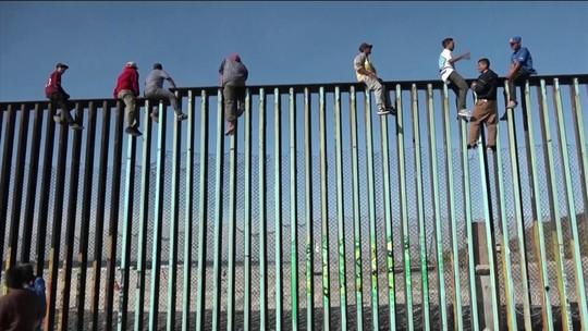 Primeiros imigrantes de caravanas da América Central chegam à fronteira com os EUA