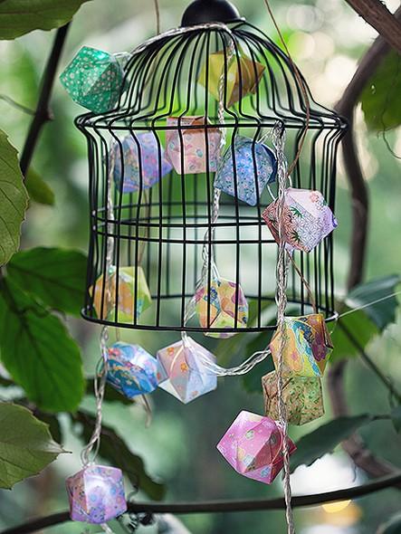 Balõezinhos de dobradura e luzinhas são feitos uns para os outros e enfeitam o jardim